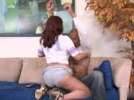Vidéo porno mobile : Rousse au gros seins se fait sauter sur le canapé